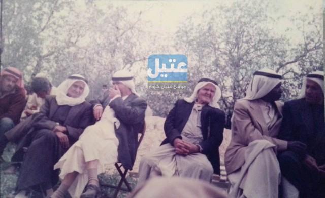 صورة نادرة وقديمة قبل 28 عاماً تجمع مجموعة من رجال عتيل في أحد الاعراس
