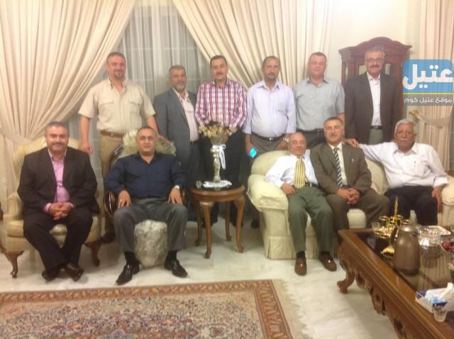 صورة اثناء زيارة اعضاء الهيئة الادارية لديوان اهالي عتيل في الاردن لبيت السيد فتحي الخلف (ابو بلال)